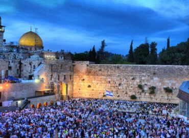 olc-crd-western-wall-crowded-with-people-noam-chen